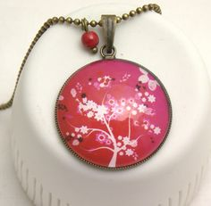 sautoir boule fleurs fond rouge