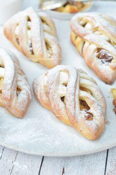 Appelvlaaitjes of appelgebakjes - Carola Bakt Zoethoudertjes Dutch Recipes, Apple Recipes, Sweet Recipes, Baking Recipes, Köstliche Desserts, Delicious Desserts, Yummy Food, Sweets Cake, Cupcake Cakes