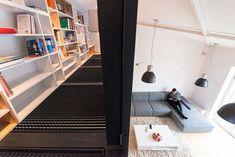 mezanino-loft-estante-livros-piso-metálico. RULES Architects.