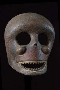Nous avons attribué ce type de masque rarement documenté aux Anang, mais c'est une piste qui reste à confirmer. Il existe en effet une tradition de masques crânes et de statuaire représentant de manière très naturaliste des squelettes. Leur visages aux grands yeux circulaires et creux, les fait clairement situer proche des Ibibio, d'où notre glissade vers les Anang.
