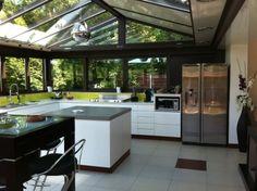 La #véranda dans votre #cuisine lumières naturel ocre, brun. http://www.m-habitat.fr/veranda/construire-une-veranda/l-amenagement-d-une-veranda-802_A