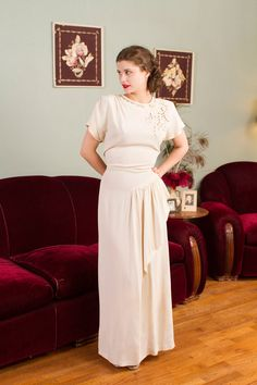 Vintage 1940s evening gown in a pretty off white rayon crepe. This elegant number is beyond stunning on, and would make an excellent option for a wedding