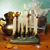 The celebration of Hanukkah has both religious and secular roots, and there is even a reason why the traditional foods are fried in oil. Read on to learn more about this end-of-year holiday. Diy Hanukkah, How To Celebrate Hanukkah, Hanukkah Decorations, Hannukah, Hanukkah Traditions, Hanukkah Celebration, Family Traditions, Wooden Spools