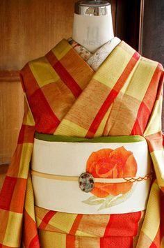 ポピーレッドとイエローのブロックチェックに、またたく星のような十字絣がモダンなアクセントになった正絹紬の袷着物です。