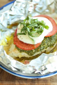 (Read comment by SARALILY!) Pesto Caprese Chicken in Foil - Dinner has never been easier with these foil packets - simple wrap and bake. SO EASY! And the leftovers taste even better! Pollo Caprese, Caprese Chicken, Pesto Chicken, Baked Chicken, Chicken In Foil, Chicken Packets, Quick Healthy Meals, Healthy Eating Tips, Healthy Recipes