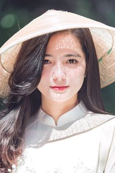 Vietnamese Clothing, Vietnamese Dress, Vietnamese Traditional Dress, Traditional Dresses, Cute Asian Girls, Beautiful Asian Girls, Ao Dai, Beautiful Vietnam, Girl With Hat