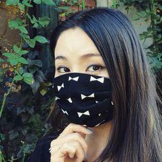 ガーゼ素材で肌に優しく、エコでおしゃれな立体プリーツマスク。顔とマスクの間に隙間が出来ずしっかりフィットします。風邪予防、花粉症対策、乾燥対策に。TEMARIYA masks are all hand made with soft, skin-friendly double cotton gauze. It's three-dimentional cutting to fit your face. For your cold, flu and hay fever. It also gives you a moisture to your throat and skin if you wear while sleeping which prevents skin troubles and disease. It can be used repeatedly by washing at home.For thoughtful small gift! 是用紗布素材做成的立體口罩。在家庭洗重複可以使用。變成感冒的預防,過敏性花粉症對策,乾燥的對策。適合禮物。