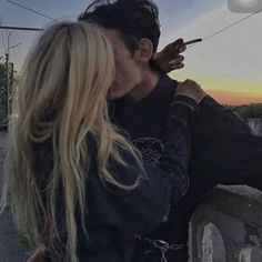 basket femme / sneakers femme Relationship Goals Pictures, Cute Relationships, Cute Couples Goals, Couple Goals, Emo Couples, Cute Couple Pictures, Couple Photos, Wow Photo, Grunge Couple