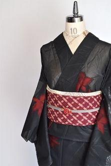 ノーブルブラックにルージュレッドの洋花模様美しく浮かぶ紗の夏着物