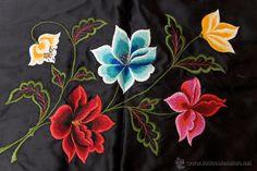 Antigüedades: Antiguo cojín de seda negra, con flores bordadas a mano en relieve. Años 20 - Foto 2 - 54741051