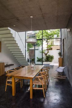 World Architecture Community News - Sanuki Daisuke Architects' multifaceted concrete house features more open spaces in Vietnam Narrow House Designs, Dyi, Asian House, Concrete Interiors, Open Space Living, Open Spaces, Small House Interior Design, Glazed Walls, Concrete Houses