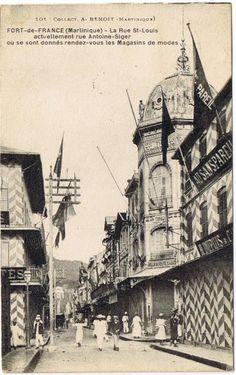 """La rue Saint-Louis, Fort-de-France -  Carte postale, Collection A. Benoit -  Date inconnue - """"La rue Saint-Louis actuellement rue Antoine-Siger où se sont donnés rendez-vous les magasins de modes"""""""