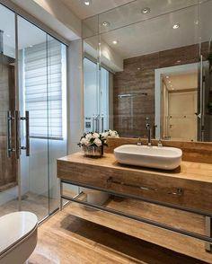 Banheiro de uma suíte. O mármore italiano e destaque. Amei também a paginação do espelho e o móvel sob a bancada.