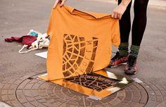 Coletivo Raubdruckerin usa tampas de bueiros para imprimir estampas em bolsas e camisetas;