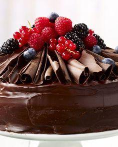 Chocoladetaart met rode vruchten Fancy Desserts, Delicious Desserts, Yummy Food, Sweets Cake, Cupcake Cakes, Foto Pastel, Baking Bad, Naked Cakes, Chocolates