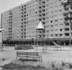 A panelházak közötti területeken általában játszóterek, óvodák és iskolák épültek. A képen látható a legendás rakétás mászóka, amit a gyerekek imádtak! #retro #régiképek #retroképek #játszótér #érdekes #budapest #lakótelep