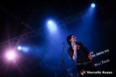 L'immagine può contenere: 1 persona, sul palco, concerto e notte