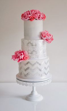 Metallic wedding cakes have been the hottest trend during several years and they still are! A metallic cake looks very eye-catching, it can fit many wedding styles and can become a real masterpiece – not only tasty. Metallic Cake, Metallic Wedding Cakes, Silver Cake, Beautiful Wedding Cakes, Beautiful Cakes, Amazing Cakes, Chevron Cakes, Cake Trends, Dream Cake