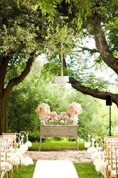 Decoración ceremonia de altar para una boda en un jardín o un bosque.  Balart Nuvies Wedding Planner.
