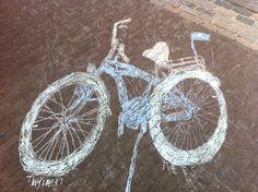 Professioneel stoepkrijten - teken de schaduw van je fiets over en.... voila