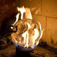 Eine Hamamschale aus Kupfer wird verzinnt. Tableware, Copper, Dinnerware, Dishes