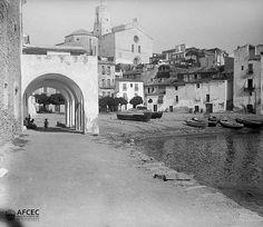 Barques a la platja de Cadaqués, al fons l'església de Santa Maria, ca. 1906. Autor: Antoni Bartomeus i Casanovas (AFCEC_BARTOMEUS_B_00679)