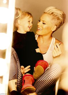 ℒᎧᏤᏋ this sweet moment of Alecia Beth Moore~aka P¡nk~& her beautiful daughter Willow! Pink Daughter Willow, Alecia Moore, My Hairstyle, Celebrity Moms, Pop Punk, Mothers Love, Britney Spears, Girl Crushes, Role Models