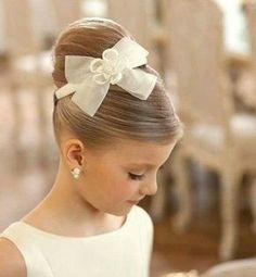 coiffure-petite-fille-honneur-super élégante chignon bun haut noeud
