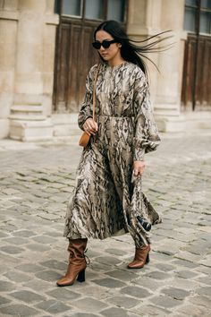 The best street style at Paris Fashion Week autumn/winter - Vogue Australia Best Street Style, Street Style Trends, Cool Street Fashion, Paris Fashion, Yoyo Cao, Skirt And Sneakers, Snake Print Dress, One Piece Outfit, Outfit