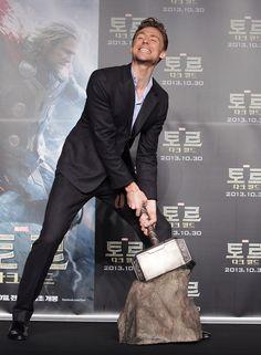 Tom n'arrive pas à soulever Mjolnir. N'est-il pas digne? | 20 photos de Tom Hiddleston, tout simplement