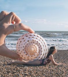 Forced perspective photo on the beach with giant shell, pretending to be a snail with my home on my back Kika Beach Photography Poses, Beach Portraits, Summer Photography, Creative Photography, Creative Self Portraits, Creative Photos, Cool Photos, Creative Beach Pictures, Forced Perspective Photography