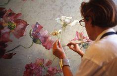 Claire Basler painter its workshop with its source of inspiration, flowers of its garden. Montreuil, FRANCE - 20/07/1999 Claire Basler, peintre floral dans son atelier en train de realiser une oeuvre s'inspirant des fleurs de son jardin. Montreuil, FRANCE - 20/07/1999