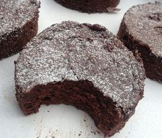 hese are a true dark chocolate lover's brownie -- they are dense, cakey, and intensely chocolatey. For even more decadence add in the optional chocolate chips. It is as easy as using a boxed mix and only requires one bowl! Slow Cooker Chocolate Cake, Slow Cooker Cake, Dark Chocolate Brownies, Chocolate Hazelnut, Chocolate Chips, Vegan Snacks, Healthy Desserts, Delicious Desserts, Yummy Food