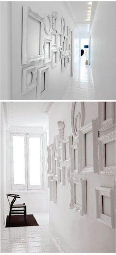 Cornici bianche su bianco per definire le pareti