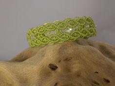 bracelet micro macramé chartreuse et perles facettes blanche transparente : Bracelet par les-creations-du-sud