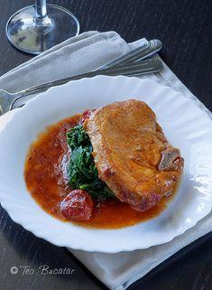 Cotlet de porc in sos de rosii, o mancarica gustoasa, cu gust dulce acrisor ce poate fi servita alaturi de piureuri, orez sau paste sau, de ce nu alaturi de o portie zdravana de mamaliga asa, ca la mama acasa. Thai Red Curry, Carne, Bacon, Meat, Chicken, Ethnic Recipes, Pork, Pork Belly, Cubs