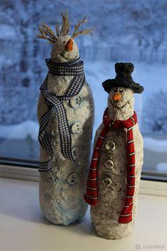 Предлагаю вашему вниманию мастер-класс по созданию снеговиков из папье-маше. Для изготовления снеговика нам понадобятся: Папье-маше, пластиковая бутылка, акриловые краски, губка для мытья посуды, зубочистки, кисточка, черный бисер, шпагат, текстиль, клей «момент». Порядок работы. Готовим массу из папье-маше. Рецептов очень много, думаю, любой подойдет. Christmas Clay, Christmas Makes, Christmas Snowman, Handmade Christmas, Christmas Ornaments, Diy Xmas, Paper Mache Crafts, Clay Ornaments, Bottle Art