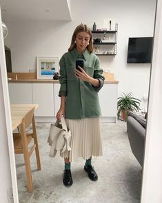42 Perfect Winter Outfits Ideas That Always Looks Cool Minimal Fashion, Work Fashion, Modest Fashion, Fashion Outfits, Fashion Boots, Looks Style, Looks Cool, Pleated Skirt Outfit, Pleated Skirts