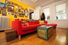 Sofá vermelho, porque não? Pra quem gosta de cores quentes vermelho e amarelo se casam muito bem!