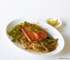 Quick & Asia: würzig marinierter Lachs auf Zuckerschoten und Glasnudeln.