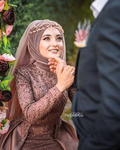 Image could contain: 1 person, close-up, Görüntünün olası içeriği: 1 … Muslimah Wedding Dress, Muslim Wedding Dresses, Muslim Brides, Pakistani Bridal Dresses, Dress Wedding, Muslim Girls, Muslim Couples, Bridal Hijab, Bridal Outfits