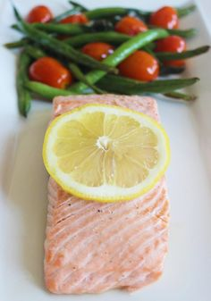 Baked Salmon with Green Beans and Tomatoes Easy Salmon Recipe Roasted Salmon, Baked Salmon, Easy Salmon Recipes, Seafood Recipes, Fish Recipes, Easy Healthy Dinners, Healthy Recipes, Healthy Foods, Healthy Tuna