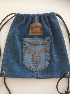 Diy Backpack, Drawstring Backpack, Denim Bag, Denim Jeans, Mochila Jeans, Small Sewing Projects, Denim Crafts, Recycled Denim, Clothes Crafts