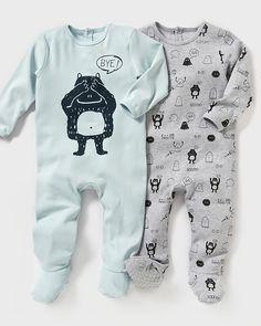 R Essentiel Pyjamas, 2-pk Pyjamas med trykknapper bak og i skrittet: 1 ensfarget med motiv foran + 1 med monstermotiv. Ren bomullsinterlock. Selges i 2-pk. Føtter med glibeskyttelse fra størrelse 74 cm, og strikk ved hælen for bedre passform.