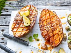 As for grilling or a perfect alternative to meat - the grilled sweet potato with fruity marinade tastes incredibly good and even works without pre-cooking! potato al horno asadas fritas recetas diet diet plan diet recipes recipes Barbecue Recipes, Grilling Recipes, Beef Recipes, Healthy Recipes, Game Recipes, Healthy Food, Vegan Barbecue, Juice Recipes, Burger Recipes