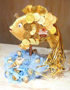 Золотая рыбка из конфет как сделать
