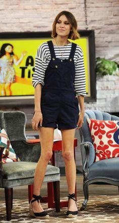 Alexa Chung, blusa de manga listrada, jardineira azul marinho, espadrilha preta