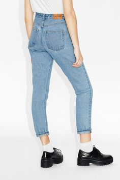 High-waisted, '90s fashion dream jeans. Classic cotton with a (slightly) tapered leg for the most on-point, throwback denims. • '90s fit • high waist • cropped colour: Light blue In a size28 the waist width is 76 cm and the inseam is 72 cm. The model is 172 cm and is wearing a size 28.
