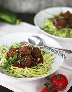 Spaghetti and Veggie Balls. Spaghetti and 'Meat' Balls like you never seen them before - {Raw Vegan Gluten Free}. Eating Raw, Clean Eating, Healthy Eating, Raw Food Recipes, Healthy Recipes, Vegetarian Recipes, Veggie Meatballs, Vegan Spaghetti, True Food