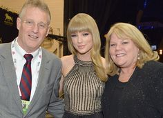 Taylor Swift Mom and Dad   Andrea, Taylor, and Scott Swift (Getty Images)